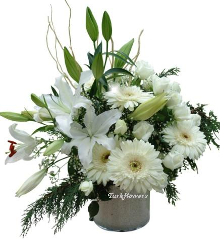 Beyaz lilyum , Beyaz gül ve gelberalardan oluşan aranjman